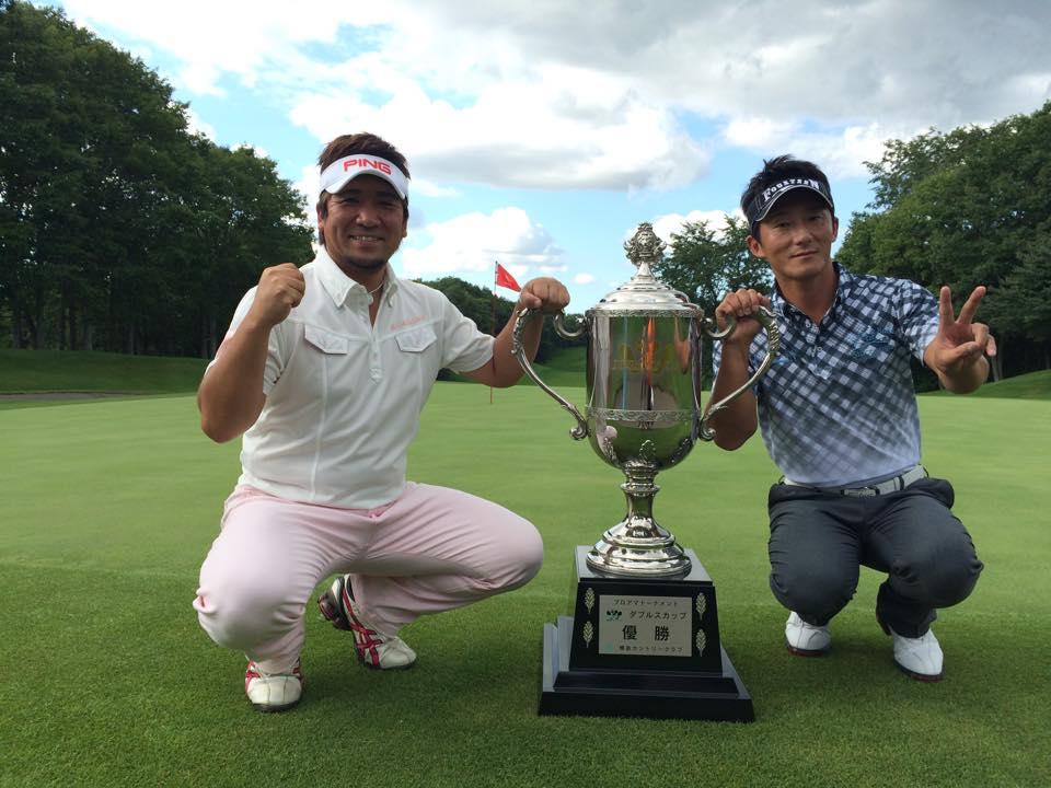 優勝カップと一緒に、山内慎介と森木章年さんとのツーショット写真